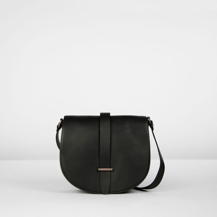 fred de la bretoniere shoulderbag in black natural dyed leather 262010001 packshot