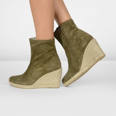 fred de la bretoniere ankle boot with espadrille wedge taupe 153010010 on model