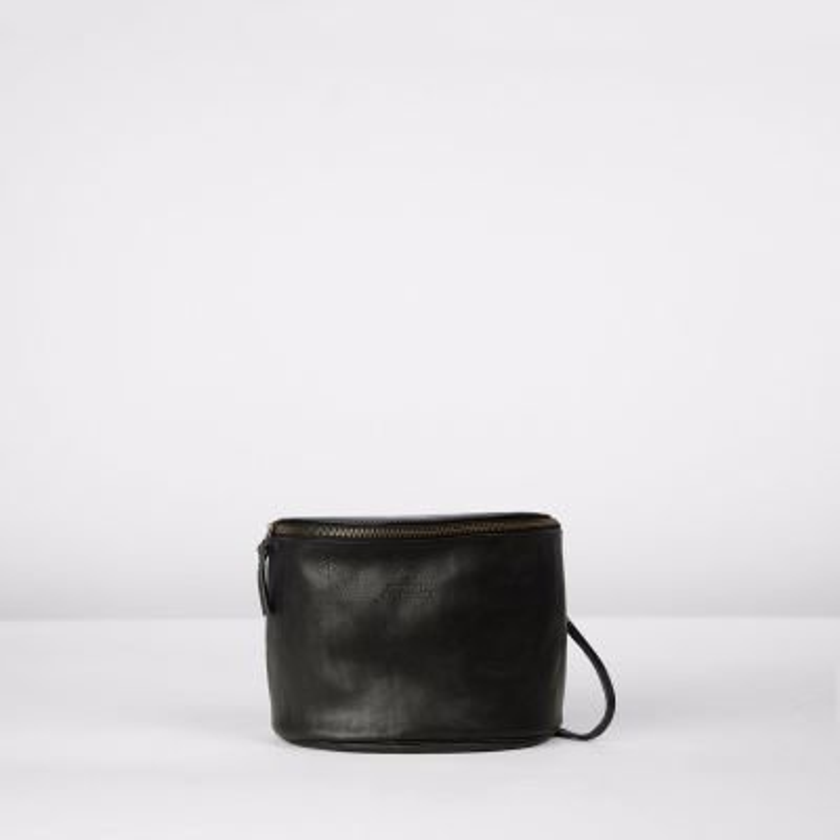 Shoulderbag-natural-dyed-leather-Black