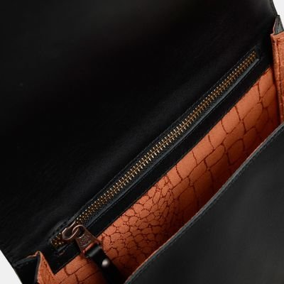 fred de la bretoniere shoulderbag in black natural dyed leather 262010001 detail zipper inside